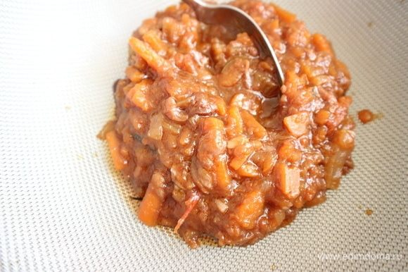 Овощи из жаровни протереть сквозь сито. Поместить в соусник.