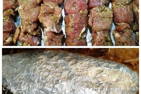 Когда закончили с приготовлением закусок, насаживаем мясо на шампура. Выкладываем на фольгу, сверху смазываем остатками маринада. Оборачиваем шашлыки несколькими слоями фольги и обматывем пищевой пленкой. Получилась «куколка», которую мы убираем до утра в холодильник. Мясо хорошо промаринуется за это время. И еще один бонус — мясо уже на шампурах, не придется марать руки на природе. Выложил на мангал и все!