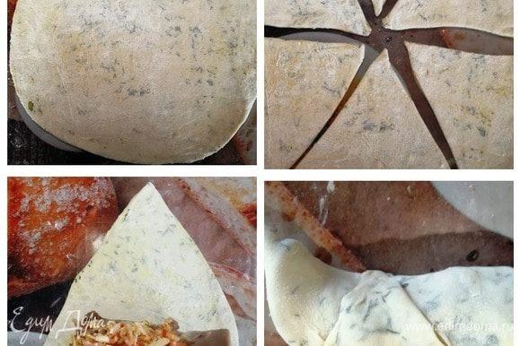 Отдохнувшее тесто раскатываем в круг. Разрезаем на 6 одинаковых сегментов. На край треугольника кладем язык с начинкой и сворачиваем рогалик. Края необходимо защипнуть.