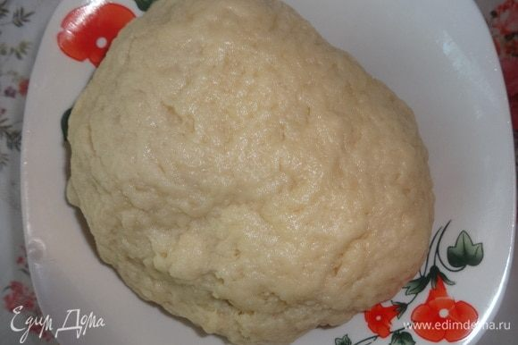 Собрать тесто в шар. Накрыть миску пленкой и поставить тесто в холодильник на 0,5 часа.