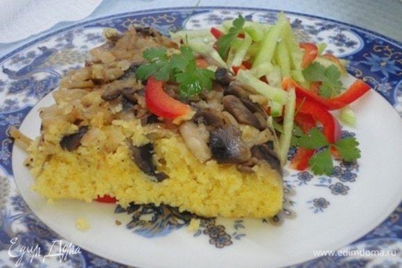 Готовый пирог переворачиваем на блюдо, нарезаем на порционные куски и подаем с зеленью и овощами.