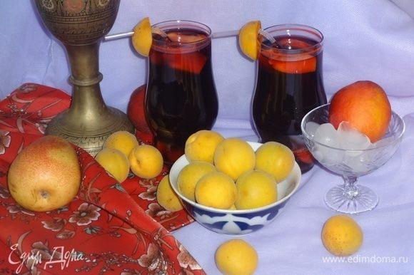 Наполнить стаканы коктейлем, в каждый стакан не забыть положить кусочки фруктов. По желанию, можно добавить в напиток кусочки льда. Вставить коктейльные трубочки, украсить их половинками абрикосов и наслаждаться ароматным напитком. Приятного аппетита!