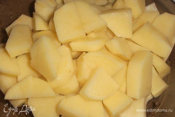 Картофель почистить, нарезать средними дольками.