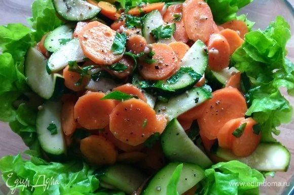 Промаринованные овощи посолить и поперчить, смешать с петрушкой и выложить на салатные листья. Если овощи пустили много сока, то его не обязательно всего использовать.