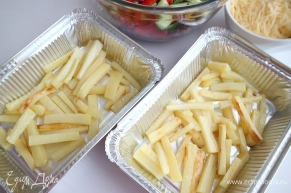 В алюминиевые формы поместить картофель.