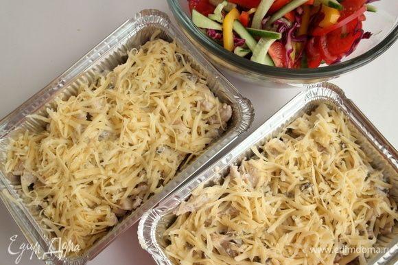 Затем на картофель поместить шампиньоны с курицей, сверху равномерно распределить натертый сыр гауда.
