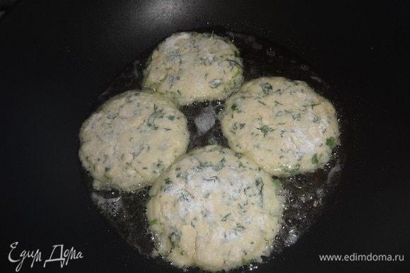 Растительное масло разогреть на сковороде. Выложить лепешки, обжарить сначала с одной стороны до золотистой корочки.