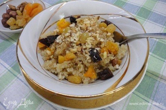 Добавляем сухофрукты и орехи и наслаждаемся не просто вкусным, но и очень полезным завтраком. Приятного аппетита!