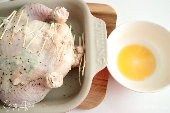 Смазать курицу оливковым маслом со всех сторон. Можно использовать для смазывания растительное масло от вяленых в масле помидоров, у него яркий цвет и аромат. Кончики зубочисток, поскольку изначально они были смазаны мятой, пришлось убрать.