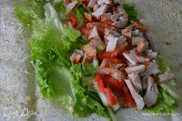 Овощи промыть, нарезать соломкой. Листья салата сполоснуть водой. На лаваш выложить листья салата, нарезанные овощи.