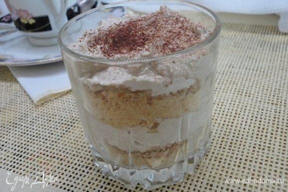 Сверху уложить слой кофейного творога, затем опять печенье с какао и второй слой творога. Присыпать какао.