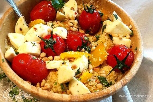 Смешать кускус сначала с перцем, выложить помидоры и маринованную моцареллу. Посыпать кедровыми орешками.