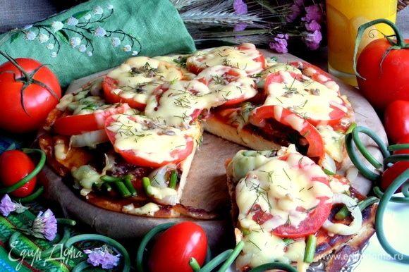 Итак, попробуем. Тесто очень нежное мягкое, конечно, не как у настоящей пиццы.