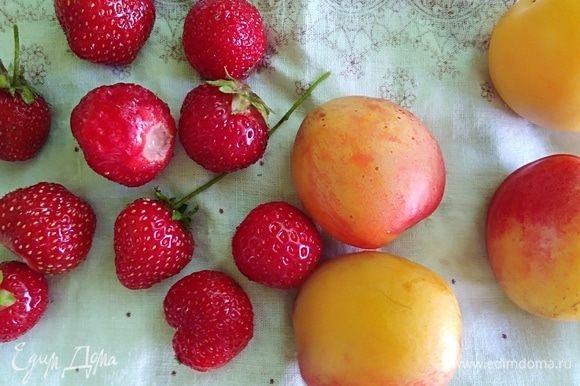 Можно попробовать этот салат с любыми фруктами. Я брала абрикосы и клубнику. Вымыть, удалить косточки и плодоножки. Разрезать пополам.