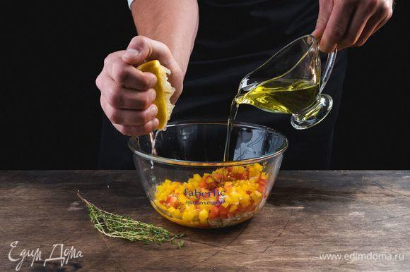 Измельченный чеснок и перец соедините с лимонным соком, чабрецом, оливковым маслом.