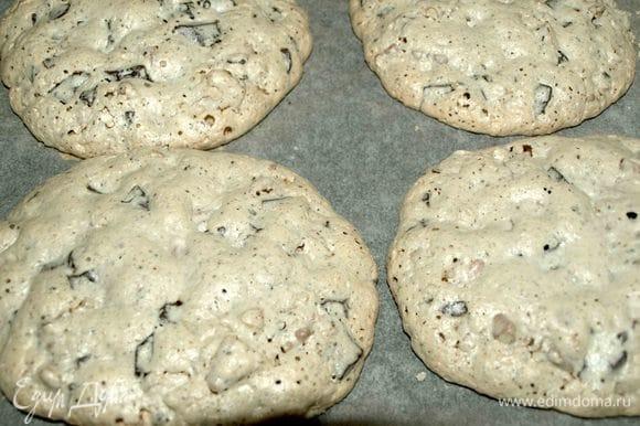 Через 2 часа 5 минут открываем духовку, достаем противень и получаем вот такие печенья!