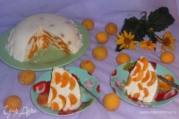 При подаче тонким острым ножом провести по краям торта, отделяя его от стенок чашки, а нижнюю часть поставить на пару минут в горячую воду. Аккуратно перевернуть торт на блюдо. Подать на десерт, разрезать на порции. Желаю всем веселых летних праздников! И, конечно, приятного аппетита!