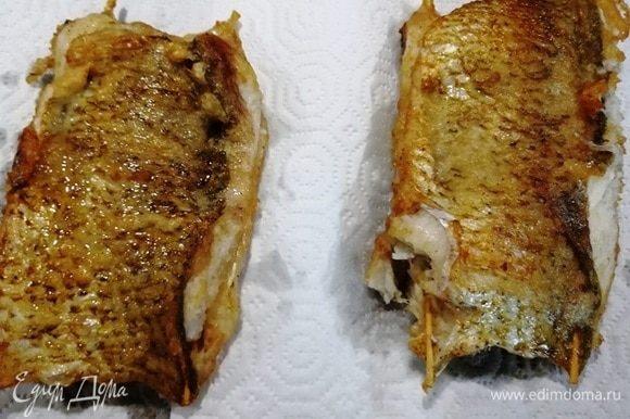 Выкладываем рыбу на бумажные полотенца и вынимаем шампуры. Перед подачей нарезаем порционными кусочками.