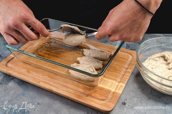 Форму для запекания смажьте оливковым маслом, сформируйте биточки и выложите в форму. Сбрызните заготовки оливковым маслом.
