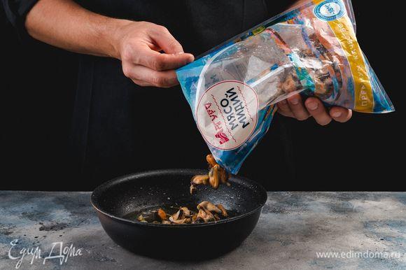 Положите в сковороду мясо мидий ТМ «Магуро», обжаривайте 1 минуту.