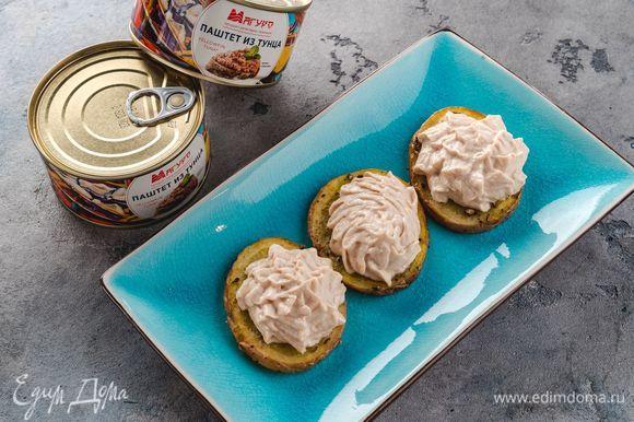 Достаньте запеченный картофель, немного остудите. На каждый кружочек выложите немного топинга, украсьте зеленью. Полезная закуска готова!