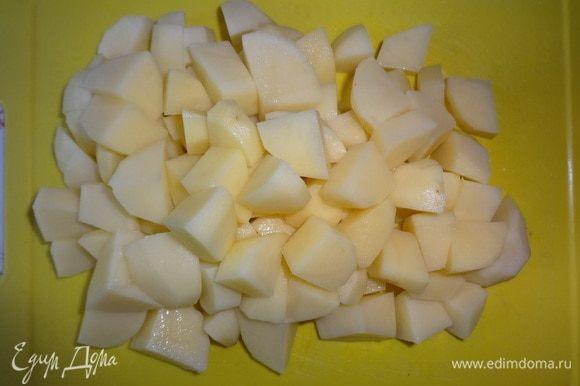 Картофель почистить, вымыть, обсушить. Нарезать кусочками среднего размера. У меня молодой картофель, не очень крупный.