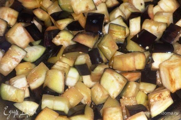 В сковороду налить оставшееся масло, разогреть и обжарить на нем баклажаны до румяности.