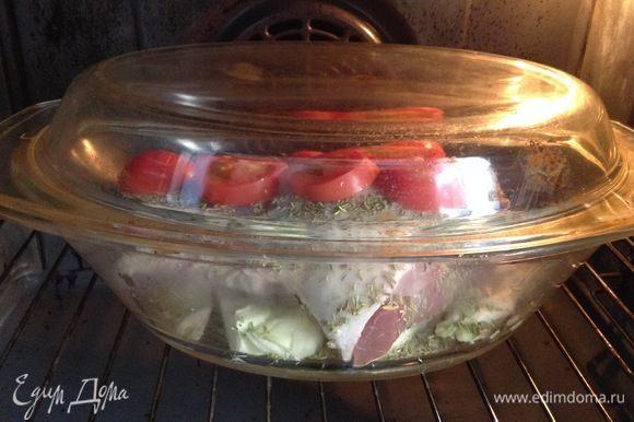 Закрыли крышкой и в духовку. Общее время — часа 2. Первые полчаса (может, минут 40–50) — на сильном огне, я так на 250°C ставлю. Потом до окончания запекания — на небольшом огне, 165–175°C.