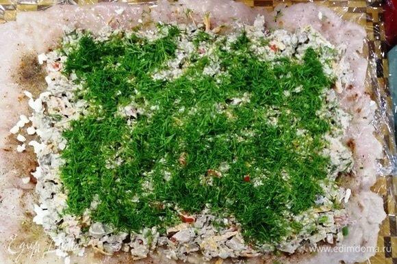 Выкладываем печень с овощами, немного отступая от краев. Посыпаем укропом.