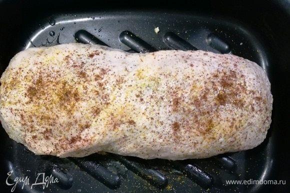 Накрываем мясо второй половиной кожи. Сверху солим и перчим, смазываем растительным маслом.