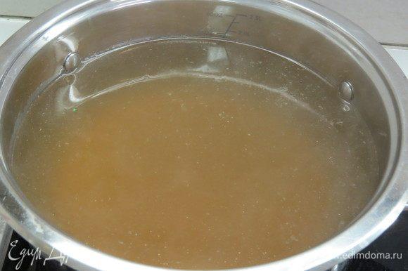 Суп получается очень вкусным на курином бульоне, но можно сварить и просто на воде. Куриный бульон необходимо сварить заранее из любых частей курицы с добавлением душистого перца, соли и лаврового листа. Готовый бульон процедить и довести до кипения.