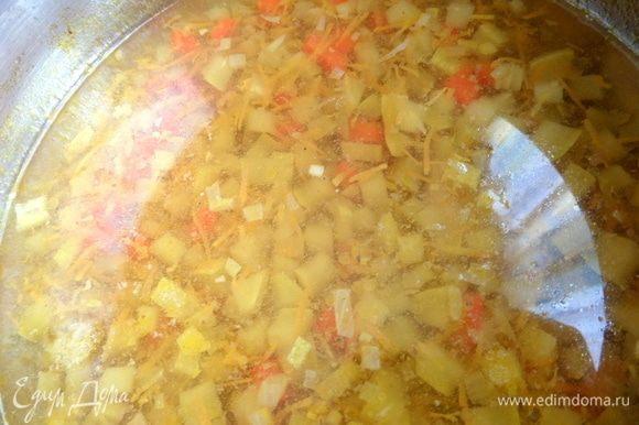 Также рулетики можно варить одновременно с бульоном, овощи варятся быстро.