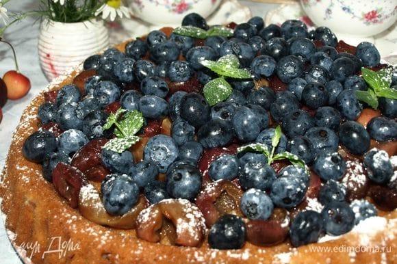 Перед подачей добавляем голубику (любую ягоду), листики мяты, посыпаем края сахарной пудрой.