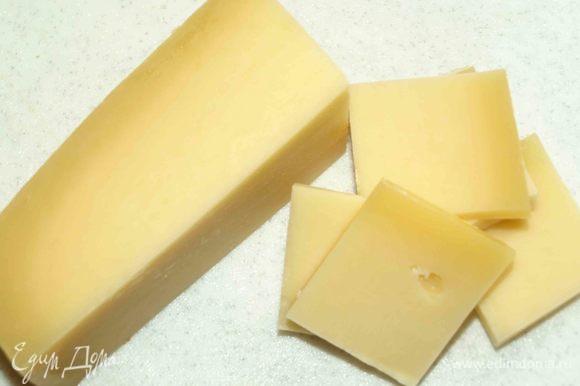 Сыр нарезать на небольшие кусочки или натереть на крупной терке.