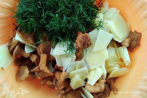 Картофель почистить и нарезать тонкими слайсами, смешать с лисичками и рубленым укропом. Посолить.