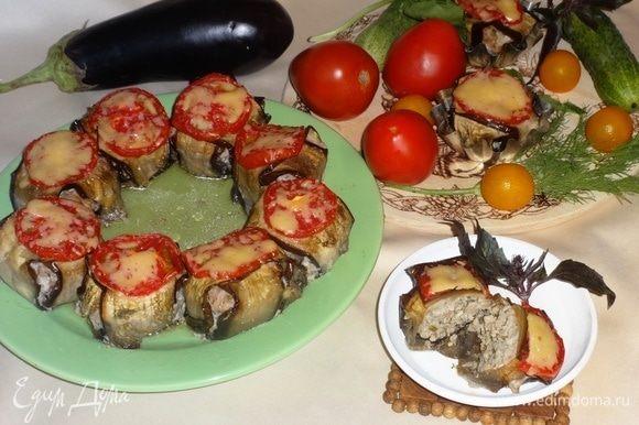 Фрикадельки с баклажанами и помидорами готовы. Можно выложить их на блюдо или оставить в формочках. Подавать со свежими овощами и зеленью. Приятного аппетита!