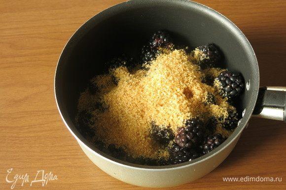 Отделяем по 1–2 ягодки ежевики на формочку. Соединяем сахар и оставшуюся ежевику, нагреваем три минуты.