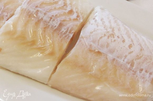 Рыбу (филе трески) предварительно размораживать не нужно. Ее необходимо только достать из морозилки перед началом приготовления ухи.