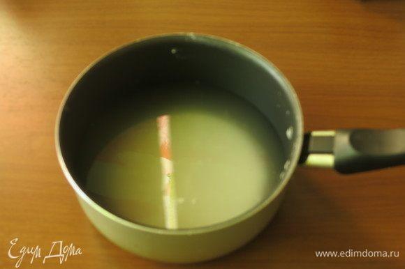 Растворяем пудру сахарную в воде.