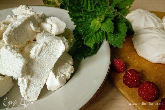 Желатин заливаем холодной водой (40–60 мл) и хорошо размешиваем. Оставляем на 10 минут, чтобы желатин набух. В отдельную посуду зефир режем мелкими кубиками, заливаем сметаной.