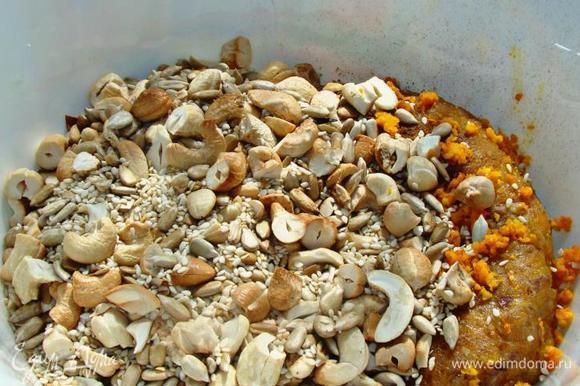 Горячие орешки сразу высыпать к финиковой массе. Добавить цедру одного апельсина, корицу, кардамон и все тщательно перемешать руками, смоченными в воде.