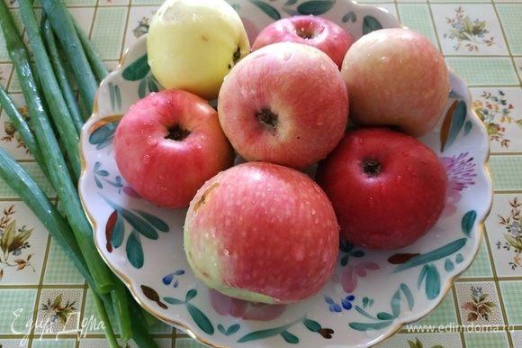 Яблоки чистим от кожуры и семян.