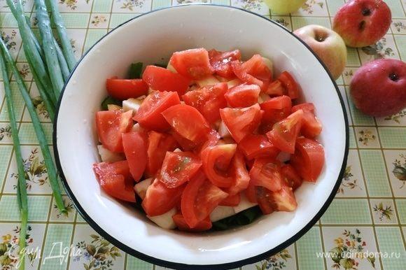 И помидоры режем крупными кусочками.