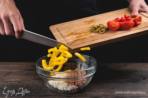 Соедините в салатнике рис, помидоры, перец и оливки. Добавьте тунца.