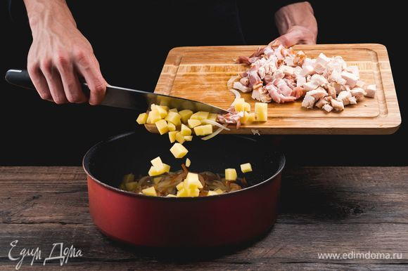 Добавьте бекон и картофель и продолжайте обжаривать. Если ингредиенты начали прилипать ко дну, влейте немного горохового отвара.