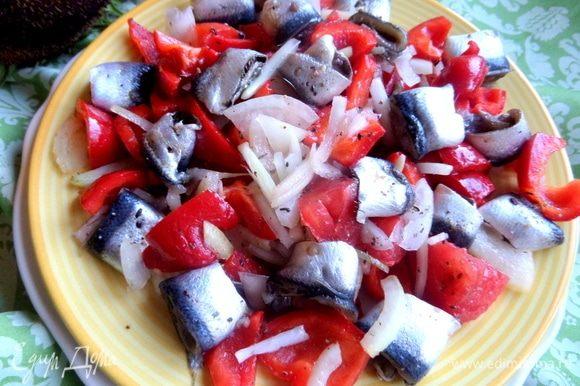 Распределить овощи и кильку по тарелке ровным слоем. На этот раз без горки. Сбрызнуть маслом и лимонным соком.