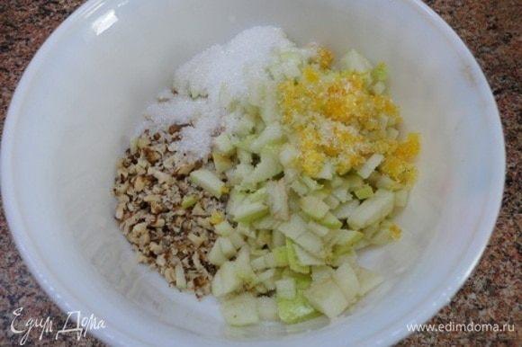 Пока тесто подходит, можно приготовить начинку. Измельчить орехи, яблоки нарезать мелко (я даже не очищала их от кожицы), засыпать сахаром. Я добавила цедру лимона, она осталась от цитрусовой посыпки для кекса. 50 г сливочного масла для смазывания растопить в микроволновке.