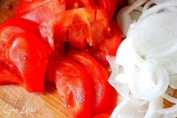 Тонко нарезаем лук и помидоры.