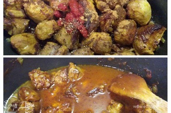 Когда мясо обжариться, всыпать корицу, соль и свежемолотый перец, заложить томат и шафрановые нити (если у вас шафран в другом виде, добавьте, какой есть), перемешать и обжарить в течение нескольких секунд. Добавить воду, довести до кипения, уменьшить огонь и тушить под крышкой около 1 часа.