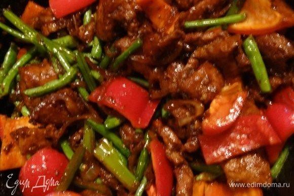 Теперь нужно постепенно, с интервалом в пару минут, вводить овощи, продолжая жарить на сильном огне и помешивать. 1) стебли сельдерея, соевый соус, соль, перец, приправу хаджо, томатную пасту обжарить 2 минуты; 2) пекинскую капусту обжарить 2 минутки; 3) фасоль (джандо) жарить еще 2 минуты; 4) болгарский перец, чеснок, острый перец (у меня сушеный чили) обжаривать еще пару минут.